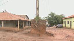Concessionária retira poste que estava em monte de terra em distrito de Rio Claro, SP