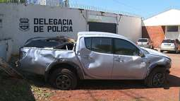 Duas pessoas ficam feridas após caminhonete roubada bater em trailer de lanches