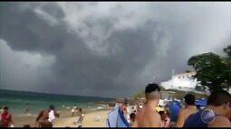 Nuvem carregada chega de surpresa e assusta banhistas em Salvador