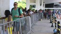 Eleitores enfrentam grandes filas para fazer o recadastramento biométrico na sede do TRE