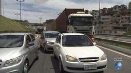 Motoristas enfrentam longo congestionamento na Via Expressa, em Salvador