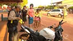 Dois são lançados para baixo de caminhonete após moto bater com carro em Santarém