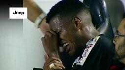 Kaique sofre falta, deixa o jogo chorando e segue com muitas dores no banco