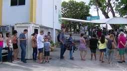 Fila para vacina contra febre amarela contorna policlínica do Recife