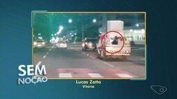 Sem noção: parceiro do ESTV registra transporte de pessoa em carroceria, em Vitória