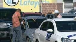 Mulher denuncia que venezuelano teria quebrado vidro de carro em semáforo de Boa Vista
