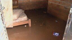 Moradores tentam retomar a rotina após terem casas invadidas pela água em Ribeirão