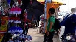 Chuvas animam vendedores de sombrinhas e restaurantes reforçam entregas em domicílios