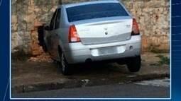 Carro bate em muro de residência no Parque Cedral