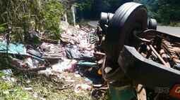 Caminhão carregado com leite tomba e uma pessoa morre no acidente.