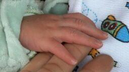 Bebê encontrado em lixeira recebe alta médica de hospital, em Goiás