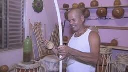 Mestre de capoeira fabrica os próprios instrumentos