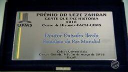 Homenagem com nome de Prêmio Ueze Zahran é entregue para líder budista na UFMS