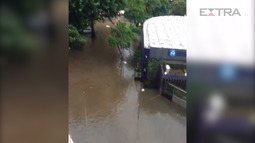Chuva forte provoca alagamento em Copacabana