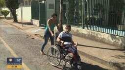 Mãe luta por uma cadeira de rodas para o filho em Pouso Alegre, MG