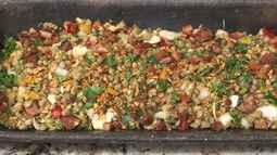 Aprenda a fazer uma receita de feijão de andú com pão dormido, linguiça e bacon