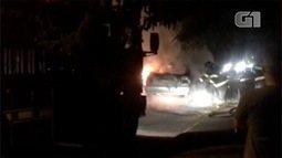 Fogo destrói carro em Taubaté