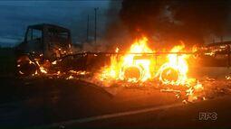 Acidente na 323 deixa motorista morto e caminhoneiro com 80% do corpo queimado