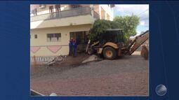 Susto: trator que fazia serviço de esgotamento sanitário invade casa em Itaberaba