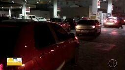 Motoristas de Arraial do Cabo, RJ, enfrentam fila para abastecimeto de veículos