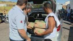 Moradores doam alimentos para caminhoneiros durante paralisação em Elói Mendes (MG)