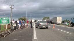 Orientados pela PRF, caminhoneiros mudam o ponto de protesto em Campos, no RJ