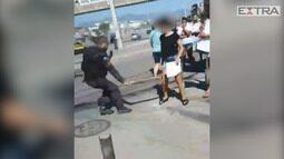 Policial ameça estudantes com pedaço de madeira em protesto por morte de menino na Maré