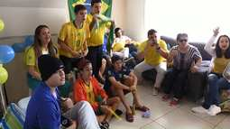 Família de Maringá recebe equipe do Paraná TV para assistir jogo do Brasil