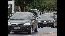 No trânsito, dividir a atenção com o aparelho celular representa grande risco à população