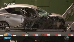 Carro fica destruído após batida no canteiro central da Avenida Paralela