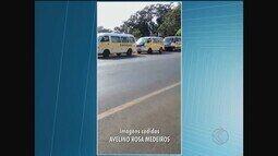 Motoristas de vans escolares realizam manifestação na porta de empresa em Araguari