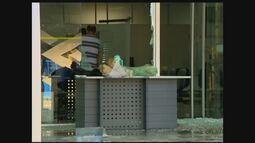 Criminosos explodem agências bancárias e roubam loja de celulares em Campina Verde, MG