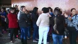Zeladoras de Cmeis protestam contra atraso no pagamento de salários