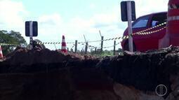 Trecho da RJ-232 é interditado após cratera se abrir em São Francisco de Itabapoana, no RJ