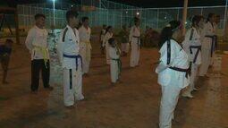 Projeto oferece aulas de taekwondo para cerca de 70 jovens em bairro da capital
