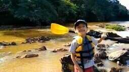 Aos 8 anos, Luiz Fernando passeia de caiaque para tirar lixo dos rios