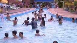Com forte calor, muitas pessoas aproveitaram o feriado nos clubes em Valadares