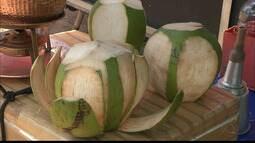 Boa e barata: a água de coco é uma ótima opção para se hidratar nos dias de calor.