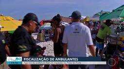 Ambulantes passam por fiscalização na praia do Forte, em Cabo Frio, no RJ