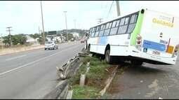 Ônibus bate contra poste e proteção de pista, em Goiânia