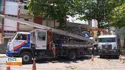 Poste cai em cima de carro no bairro da Pituba, em Salvador