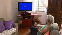 Equipe da RPC ajuda telespectadora na instalação do kit da tv digital