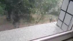No vídeo, chuva forte acompanhada de granizo também na Asa Norte, no DF