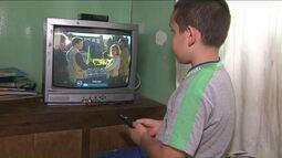 Menino de 7 anos cuida dos pais cegos e é fã de TV