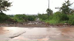 Chuva alaga ruas em Sarandi