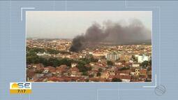 Galpão no Bairro Santos Dumont, em Aracaju, é atingido por incêndio