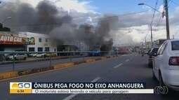 Ônibus pega fogo na Avenida Anhanguera, em Goiânia