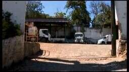 Motoristas que trabalham na coleta do lixo em Divinópolis fazem protesto