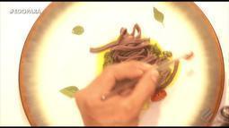 Veja como fazer macarrão de açaí com pesto de jambu