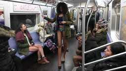 Passageiros usam roupa íntima em passeio anual no metrô de Nova York